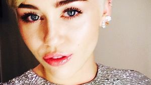 Miley Cyrus-Selfie im Glitzer-Top