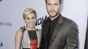"""Miley Cyrus strahlt bei der """"Pranoia""""-Premiere 2013 an der Seite von Liam Hemsworth"""
