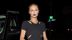 Paris Hilton guckt total arrogant mit schwarzen Lippen