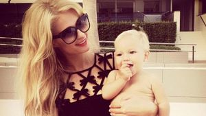 Paris Hilton posiert mit Baby auf dem Arm