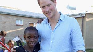 Prinz Harry mit dem Waisenkind Mutsu