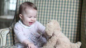 Prinzessin Charlotte spielt mit Teddy