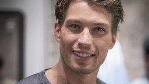 Raul Richter lächelt süß