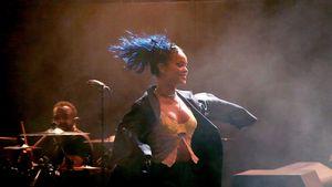 Rihanna mit neuen blauen Haaren