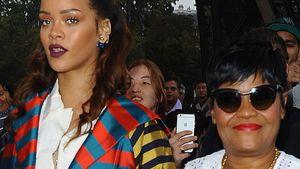 Rihanna und ihre Mutter Hand in Hand