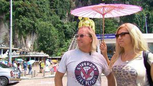 Robert und Carmen unterm pinken Schirm