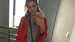 Sabia trägt einen roten Mantel