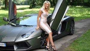 Sarah Nowak mit Auto