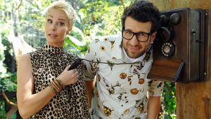 Sonja Zietlow und Daniel Hartwich mit dem Dschungeltelefon