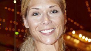 Tanja Szewczenko streckt ihren Arm aus
