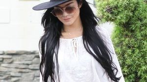 Vanessa Hudgens in bauchfreien Top und Hut