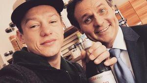 Vincent Krüger und Wolfgang Bahro mit einer Flasche Cola