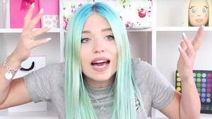 YouTube-Bibi Heinicke alias Bibis Beauty Palace guckt komisch