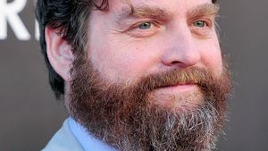 Zach Galifianakis lächelt