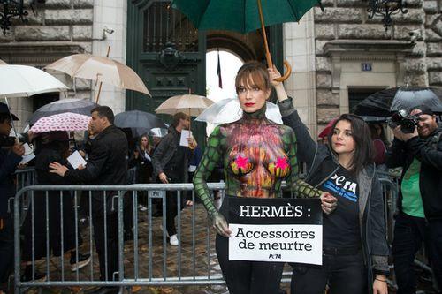 Auf der Pariser Fashion Week sorgte Alexandra Kamp mit einem besonderen Auftritt für Aufsehen