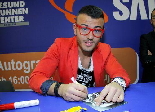 Ardian Bujupi gab heute in Berlin eine Autogrammstunde