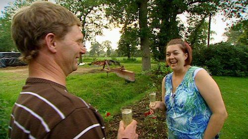 Bauer Gerold und Petra stoßen auf ihr Glück an