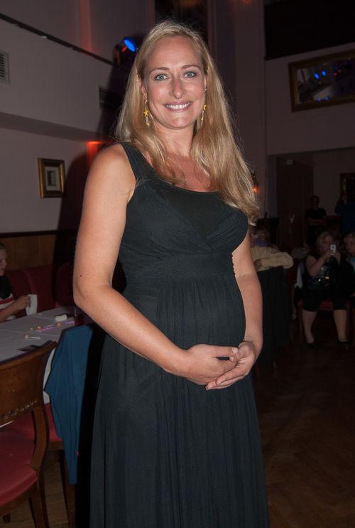 Eva Mona Rodekirchen zeigt stolz ihren Baby-Bauch