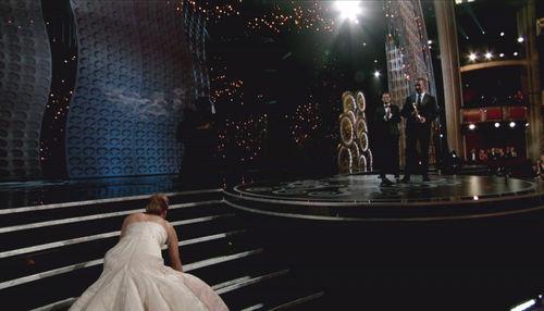 Jennifer Lawrence fiel die Treppe hoch, als sie ihren Oscar entgegen nehmen wollte