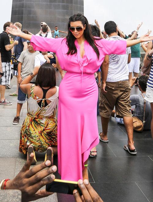 Kim Kardashian posiert an der Christusstatue
