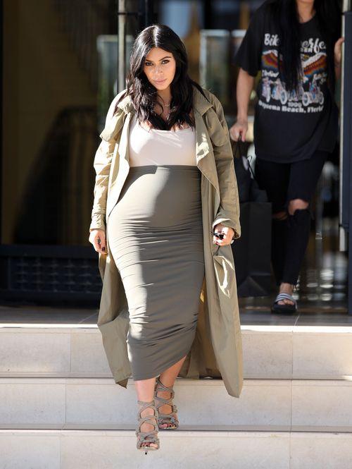 Kim Kardashian betont gerne ihren Babybauch
