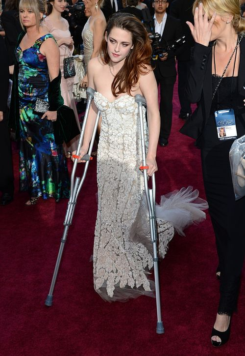 Kristen Stewart kam auf Krücken bei den Oscars an