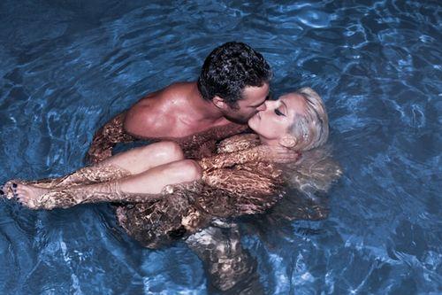 Lady Gaga kuschelt nackt mit ihrem Freund im Pool