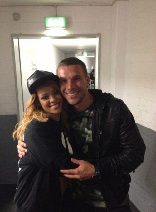 Lukas Podolski hält Rihanna ganz fest im Arm