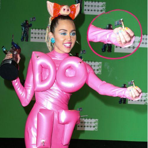 Miley Cyrus hat auf der Pressekonferenz nach den VMAs ihren Joint rumgereicht