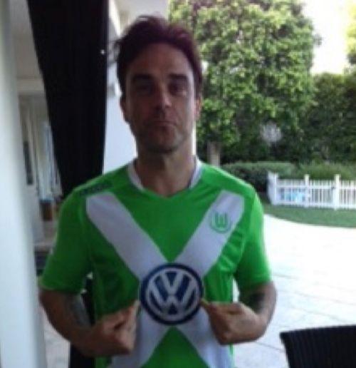 Robbie Williams hat sich kurz vorm DFB-Pokalfinale im Wolfsburg-Trikot gezeigt