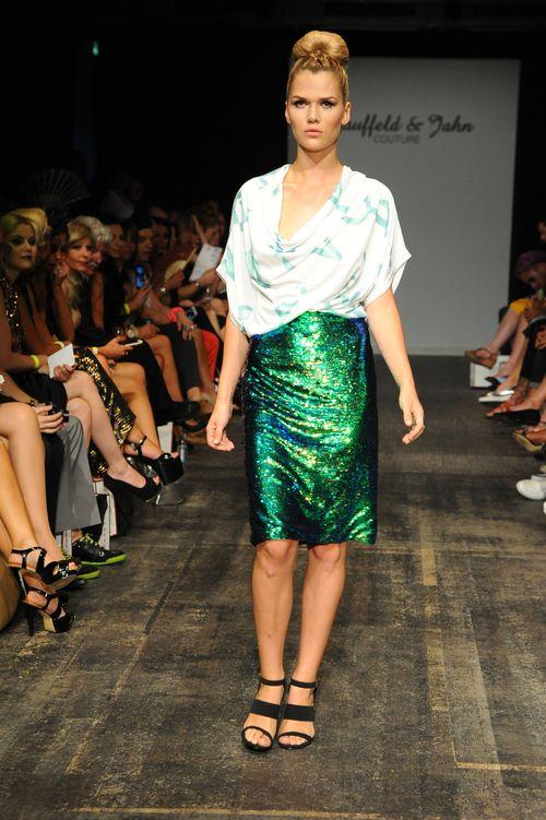 Sara Kulkas hatte auf der Berlin Fashion Week jetzt ihren ersten Modeljob nach der Baby-PauseModel