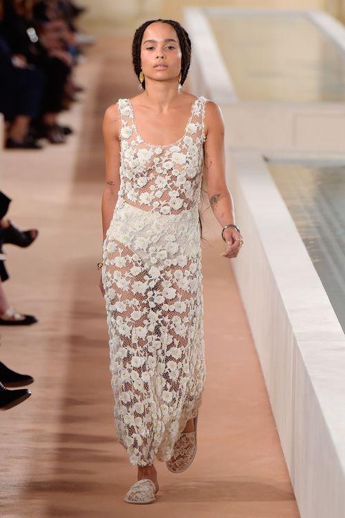 Zoe Kravitz gab halbnackt ihr Model-Debüt auf der Paris Fashion Week