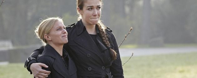 Anna-Katharina Samsel und Juliette Menke in Trauer