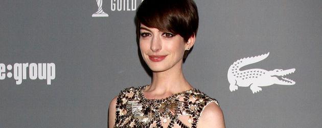Anne Hathaway im goldenen Gucci-Dress