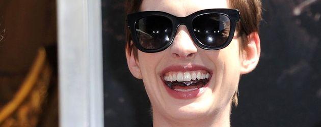 Anne Hathaway mit Pixie lacht laut