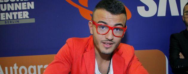 Ardian Bujupi mit roter Brille