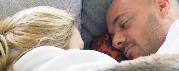 Bachelor Christian und Angelina kuscheln unter der Decke