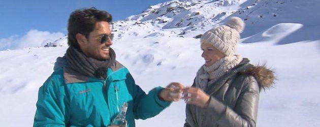 Bachelor Jan und Melanie trinken in den Bergen