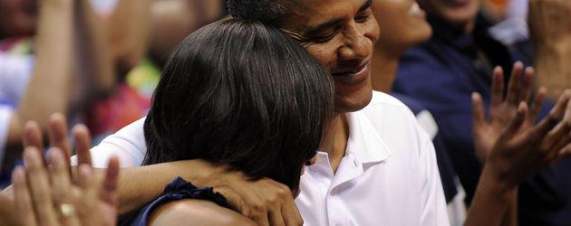 Barack Obama lächelt seine Frau an