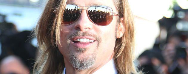 Brad Pitt steht im Sonnenlicht