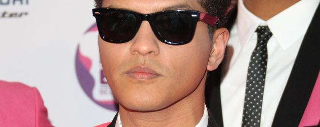 Bruno Mars trägt ein pinkes Jackett