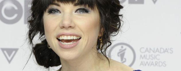 Carly Rae Jepsen in blauem Kleid