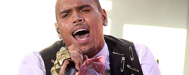 Chris Brown singt in Weste mit Sicherheitsnadeln dran