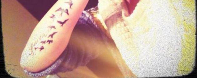 Demi Lovatos neues Schwalben Tattoo