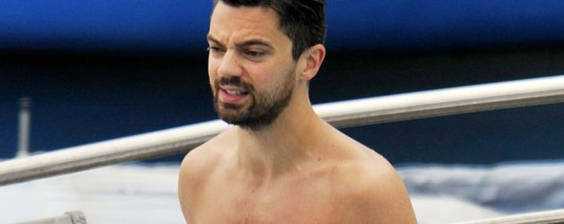 Dominic Cooper in blauer Badehose