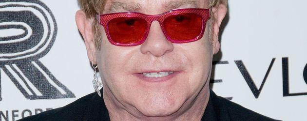 Elton John mit quietschpinker Brille
