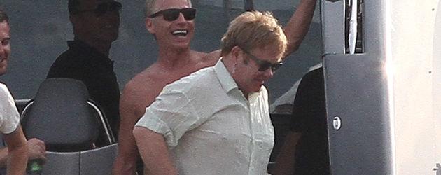 Elton John zieht seine Hose an