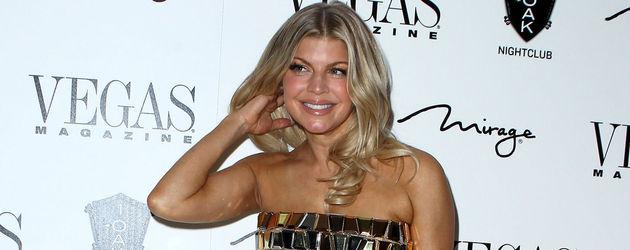 Fergie trägt ein goldenes Bustier-Kleid