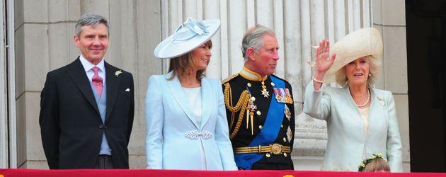 George und Carole Middleton stehen mit Prinz Charles und Camilla auf dem königlichen Balkon