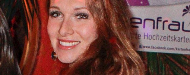 Georgina Fleur mit cremefarbenem Kleidchen